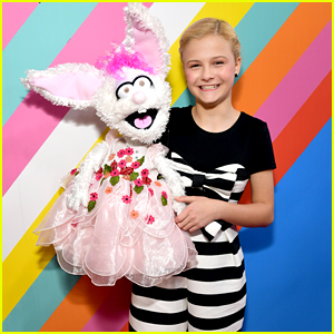Darci Lynne Farmer Brings Petunia Along For Their Very First Kids' Choice Awards!