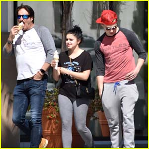 Ariel Winter Grabs Ice Cream With Her BF Levi Meaden!