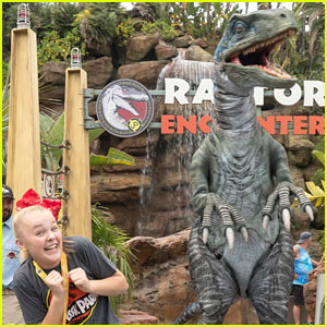 JoJo Siwa Escapes Raptor Encounter at Universal Studios Hollywood