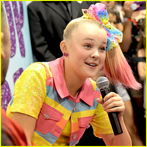 JoJo Siwa Keeps It Colorful While Hanging With Fans at VidCon 2018!