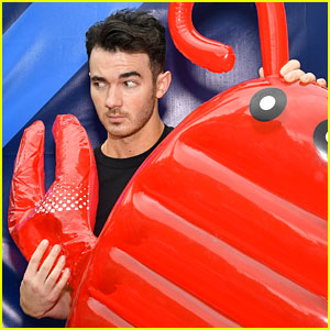 Kevin Jonas Goofs Around While Picking Out His Father's Day Gift!