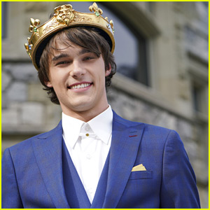 Mitchell Hope Is So Handsome In His Crown as King Ben For 'Descendants 3'!