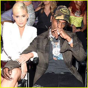 Kylie Jenner & Travis Scott Keep Close at MTV VMAs 2018!