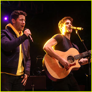 Nick Jonas & Darren Criss Do a Surprise Duet Together During Elsie Fest 2018!