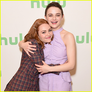 Joey King & AnnaSophia Robb Buddy Up at 'The Act' TCA Panel!