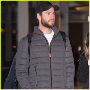 Liam Hemsworth Jets to New York City!