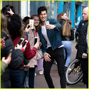Shawn Mendes Takes Selfies With His Fans in Amsterdam!