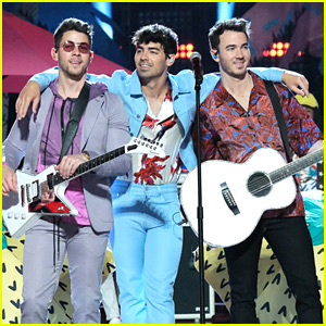 Nick, Joe, and Kevin Jonas Perform Together on 'The Voice' Finale - Watch Now!