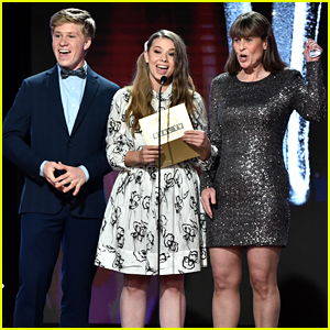 Bindi, Robert, and Terri Irwin Present at the Critics' Choice Real TV Awards!