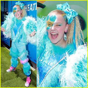 JoJo Siwa is Covered in Feathers at 'Angry Birds Movie 2' Premiere!