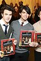 Jobros-blackfriday jonas brothers signing book 19