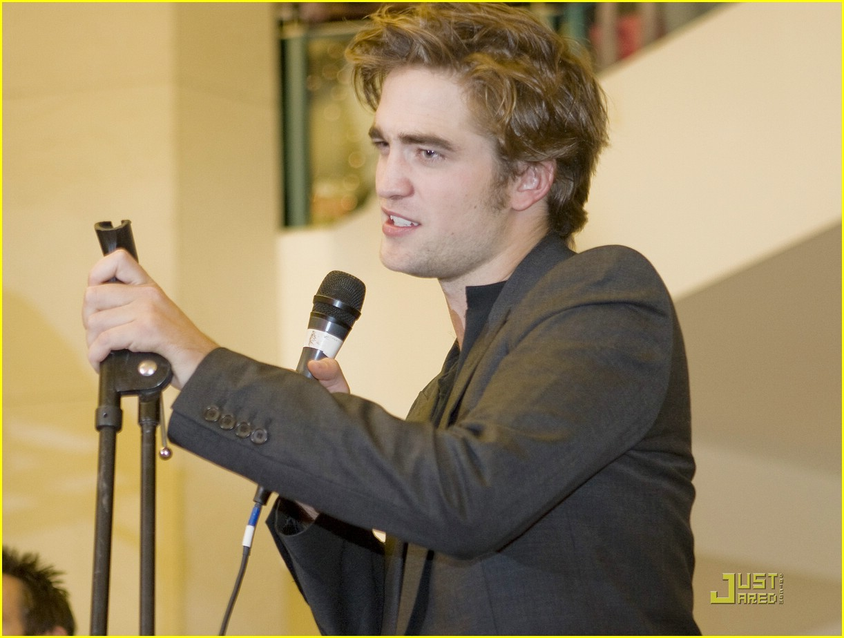 robert pattinson hot topic scarf 04