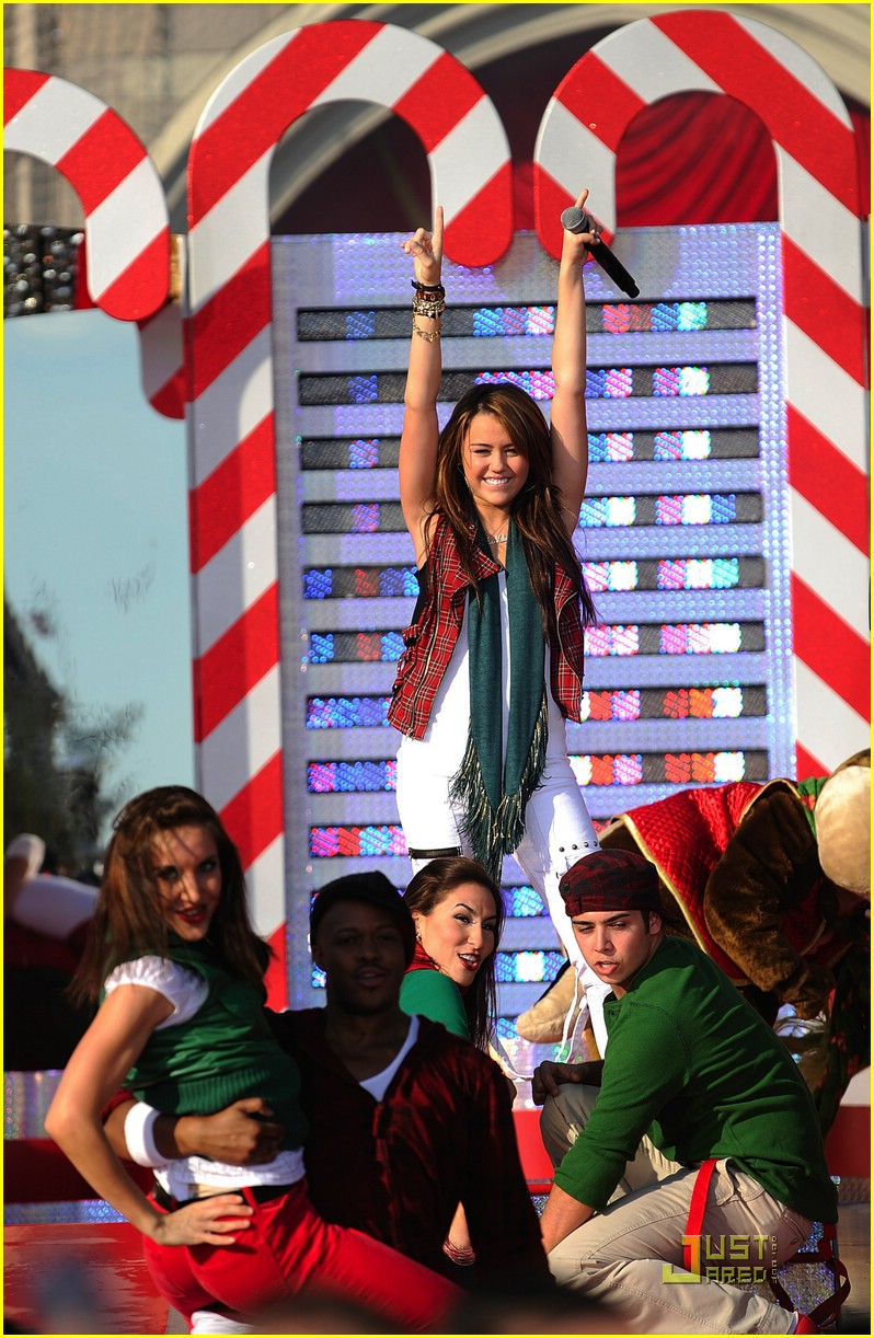 miley cyrus christmas parade 15