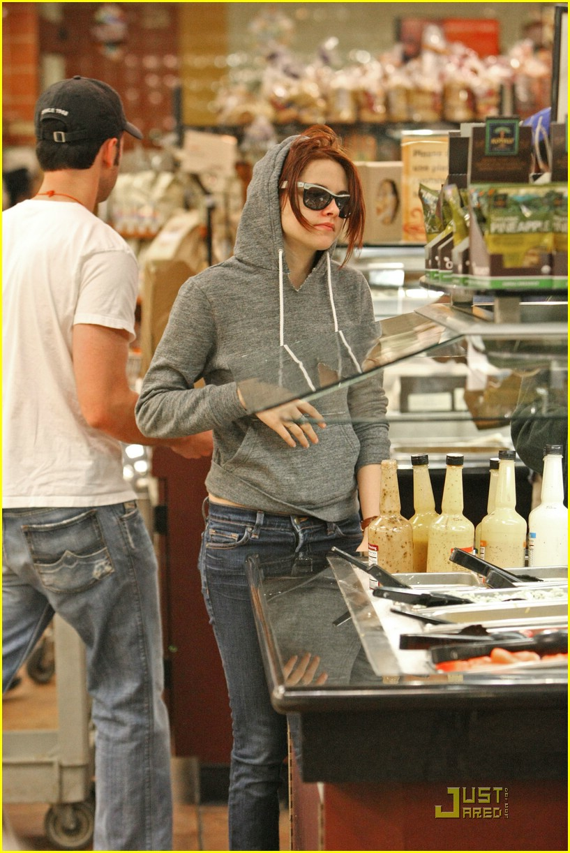 kristen stewart salad bar 01