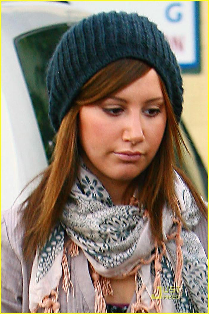 ashley tisdale monday manicure 01