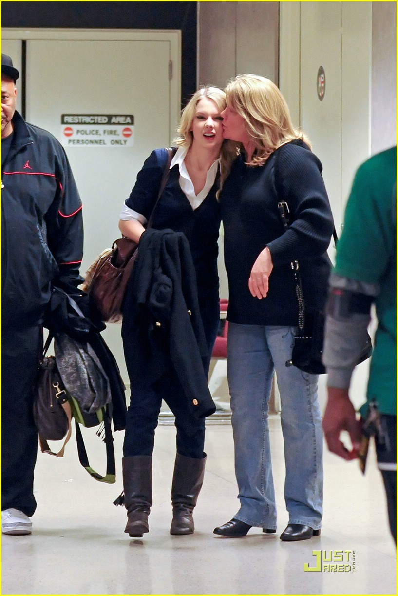 taylor swift lax kisses mom 03