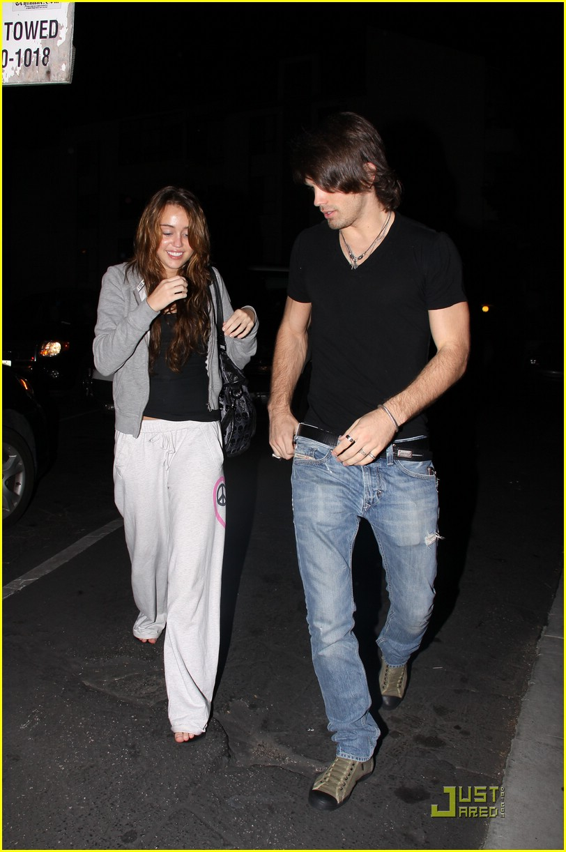 miley cyrus justin gaston mos diner 02