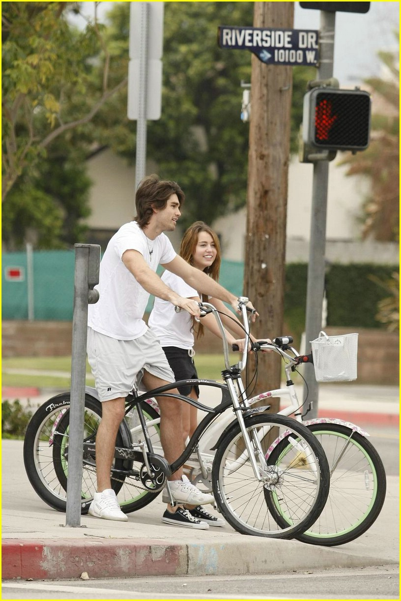 miley cyrus justin gaston bike ride 06