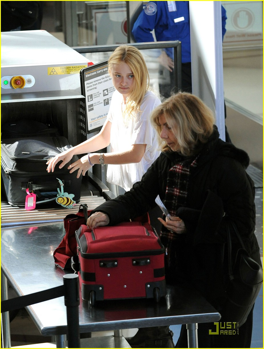 dakota fanning giggles lax airport 08