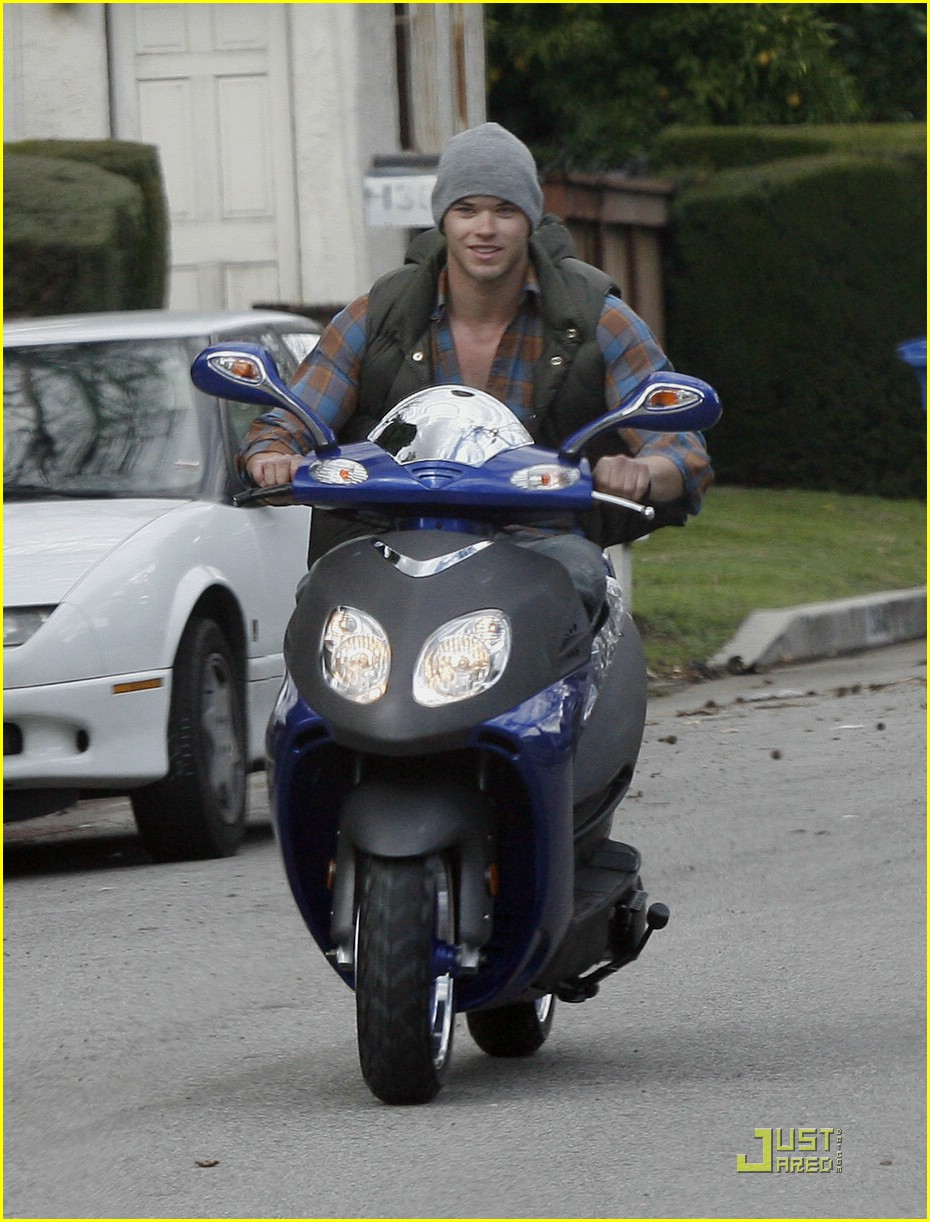 kellan lutz scooter shopper 15