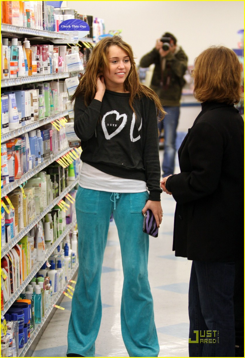 miley cyrus rite aid shopping 01