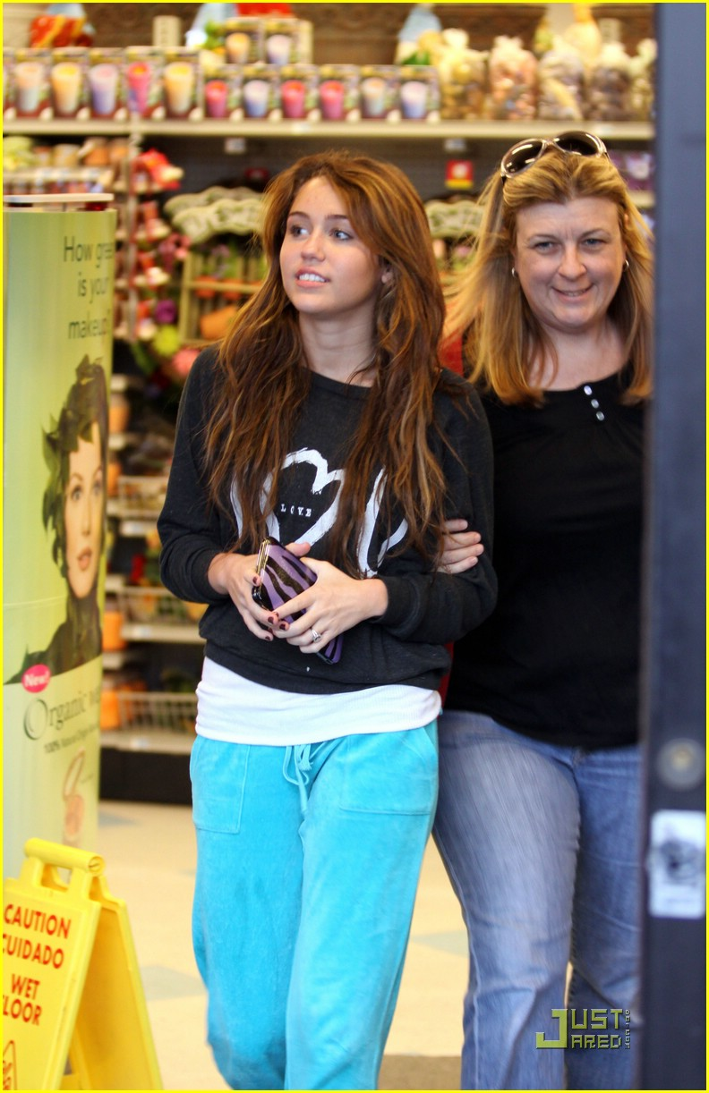 miley cyrus rite aid shopping 02