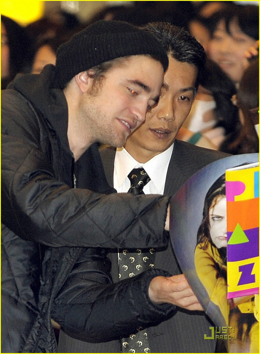 robert pattinson narita airport 04
