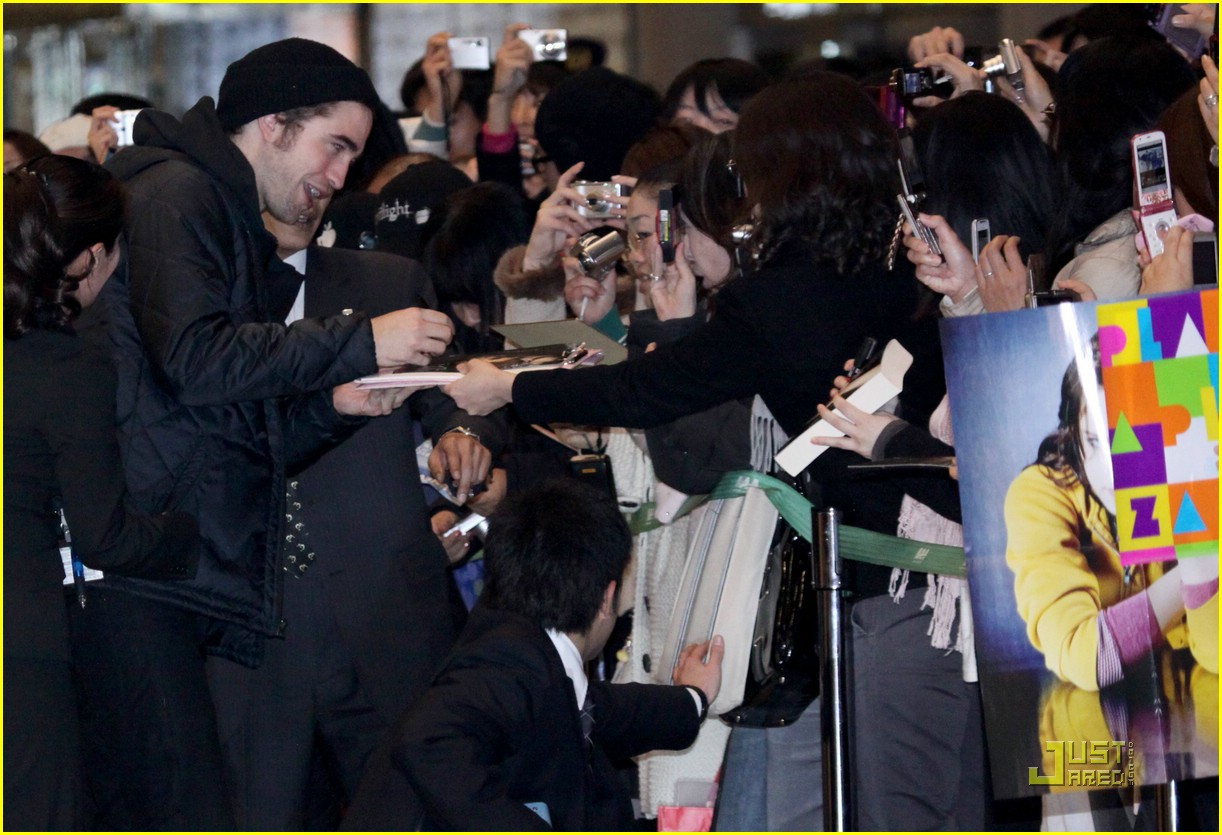 robert pattinson narita airport 05