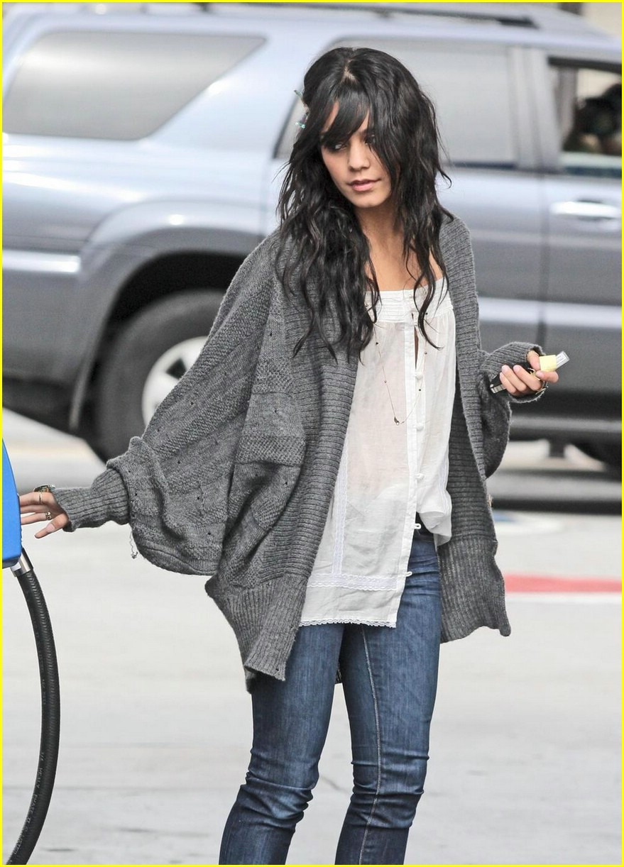 vanessa hudgens gas station 03