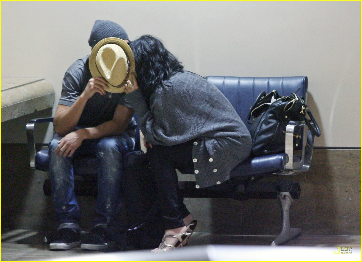 zac efron vanessa hudgens land lax from brazil 02