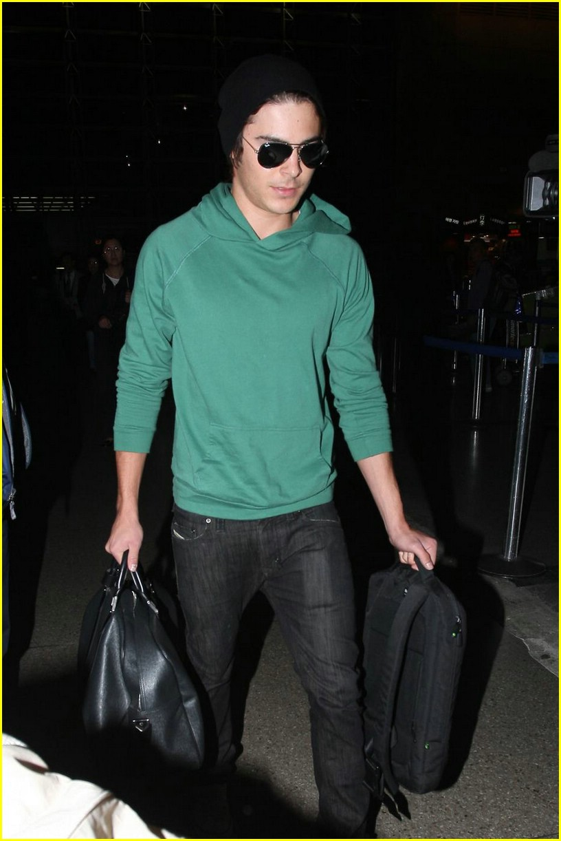 zac efron heads to sydney 12