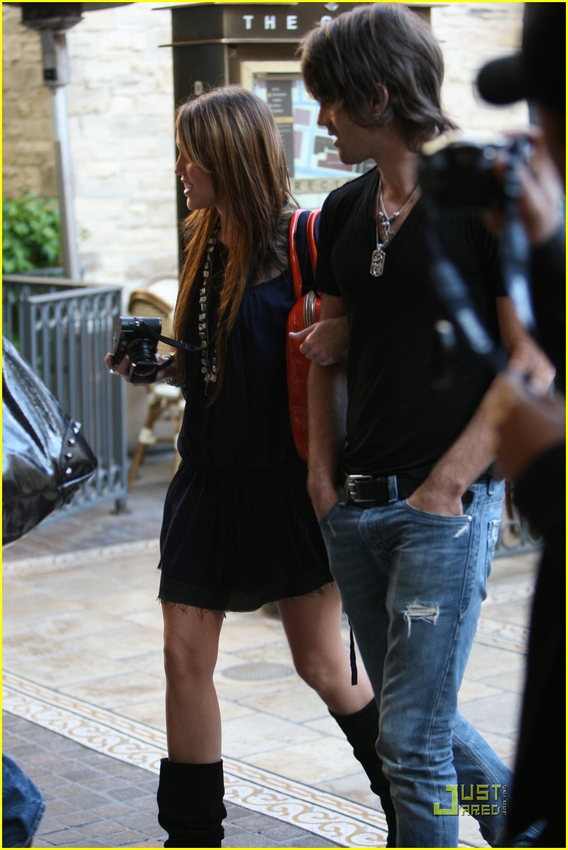 miley cyrus justin gaston taking pictures 21