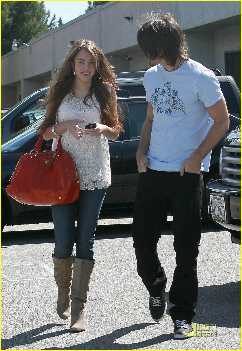 miley cyrus justin gaston studio cafe 10
