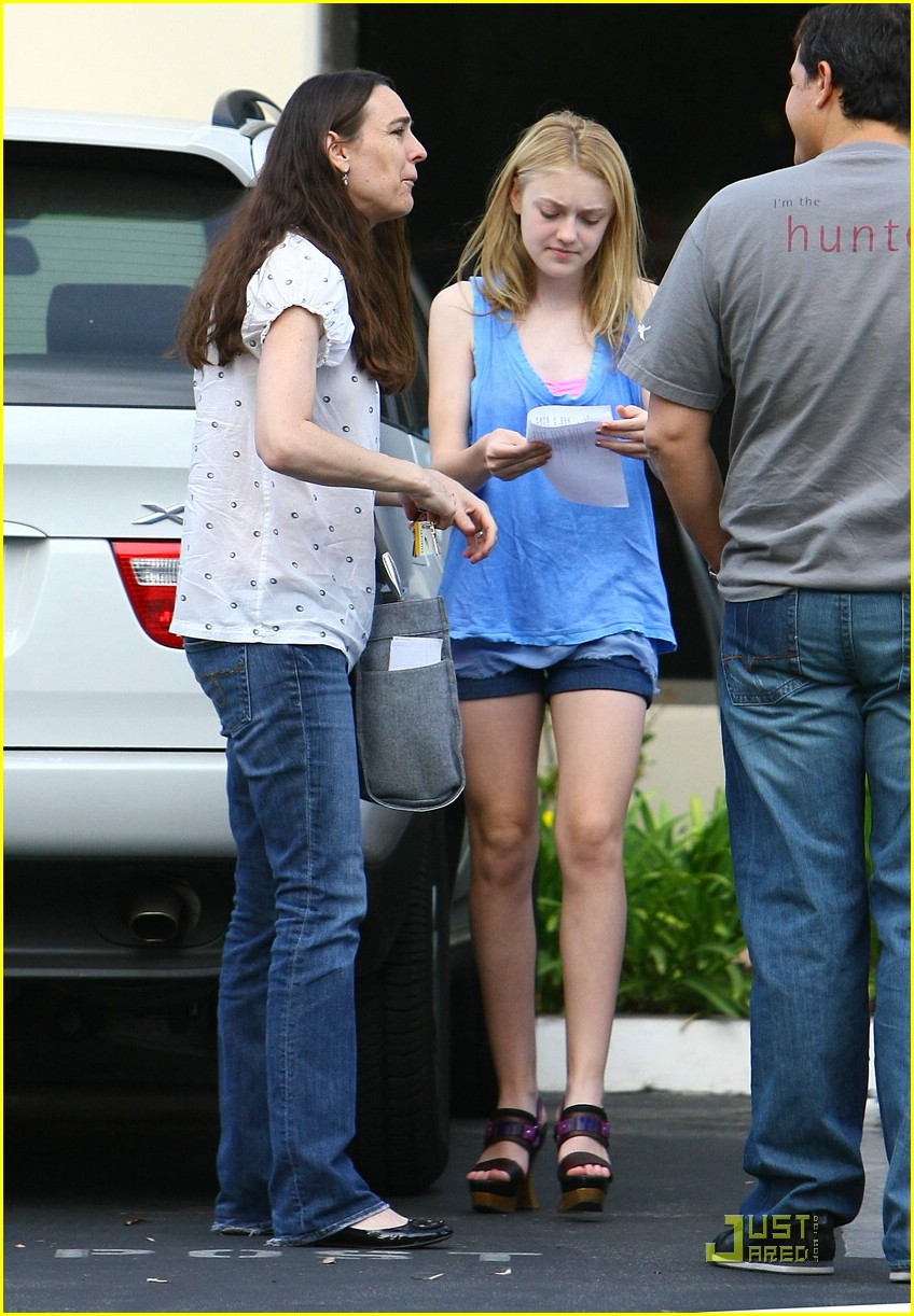 dakota fanning giggly girl 08