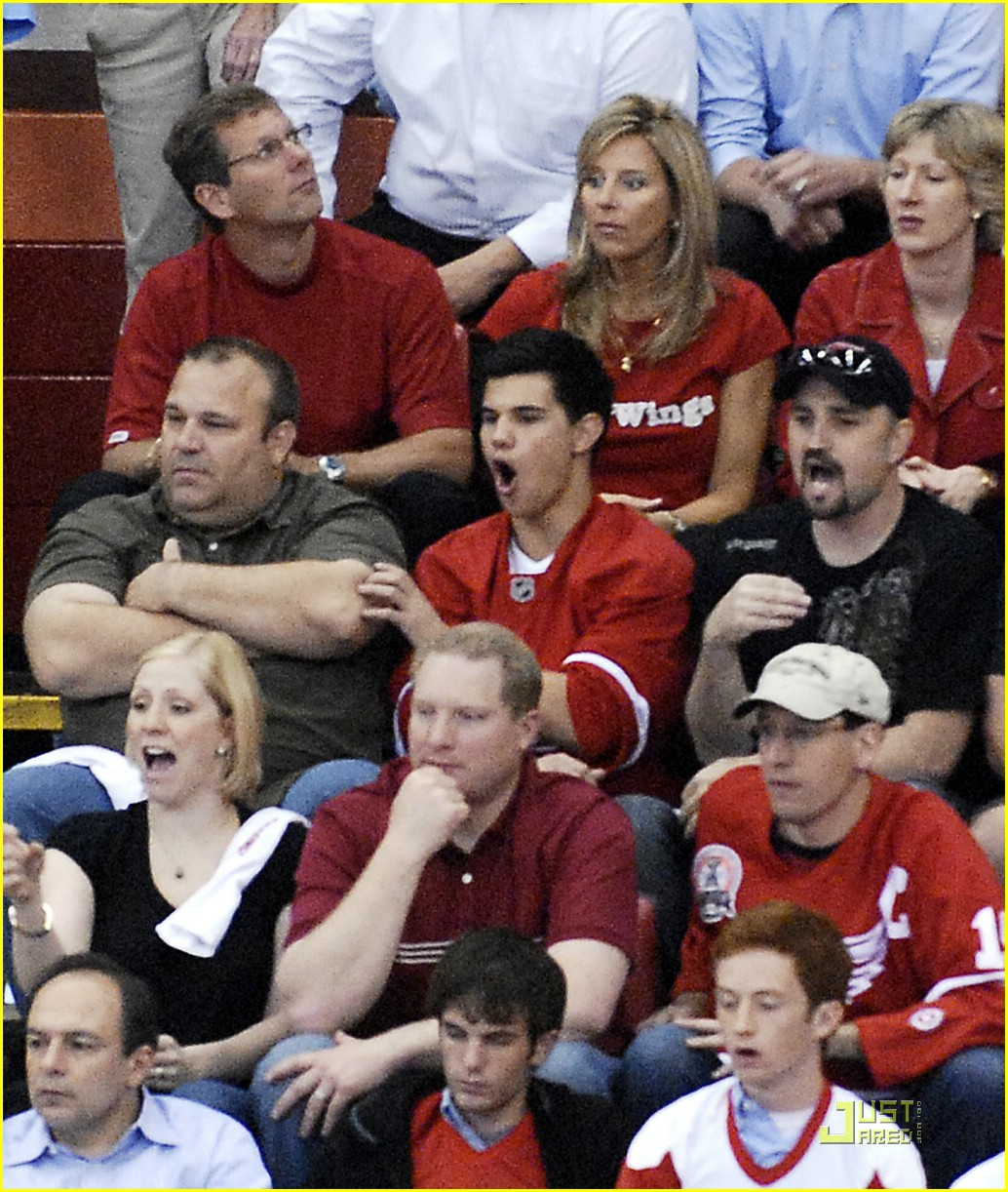 taylor lautner red wings 06