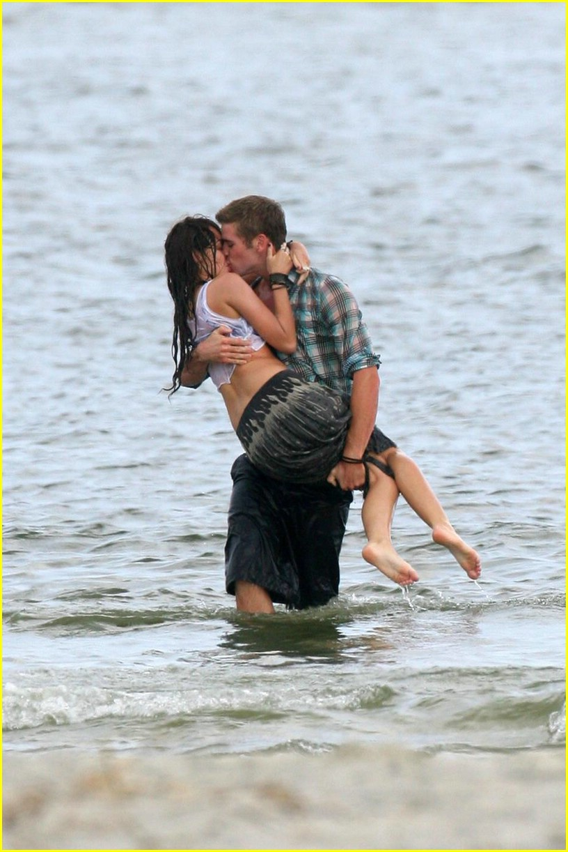 miley cyrus liam hemswroth kiss 01