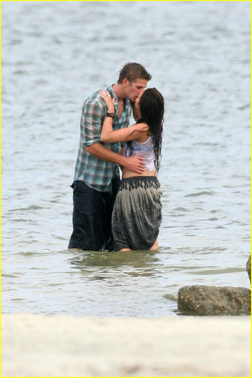 miley cyrus liam hemswroth kiss 09