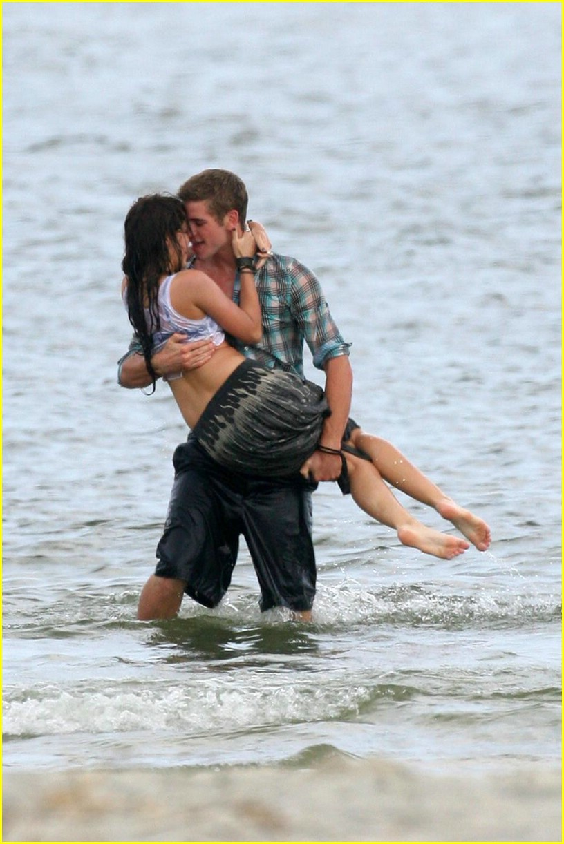 Miley Cyrus & Liam Hemsworth: Last Song Kiss! | Photo ...