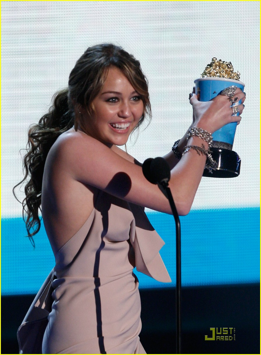 miley cyrus climbs mtv awards 04