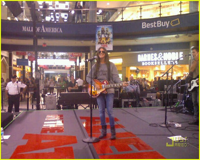 ashley tisdale mall of america 02