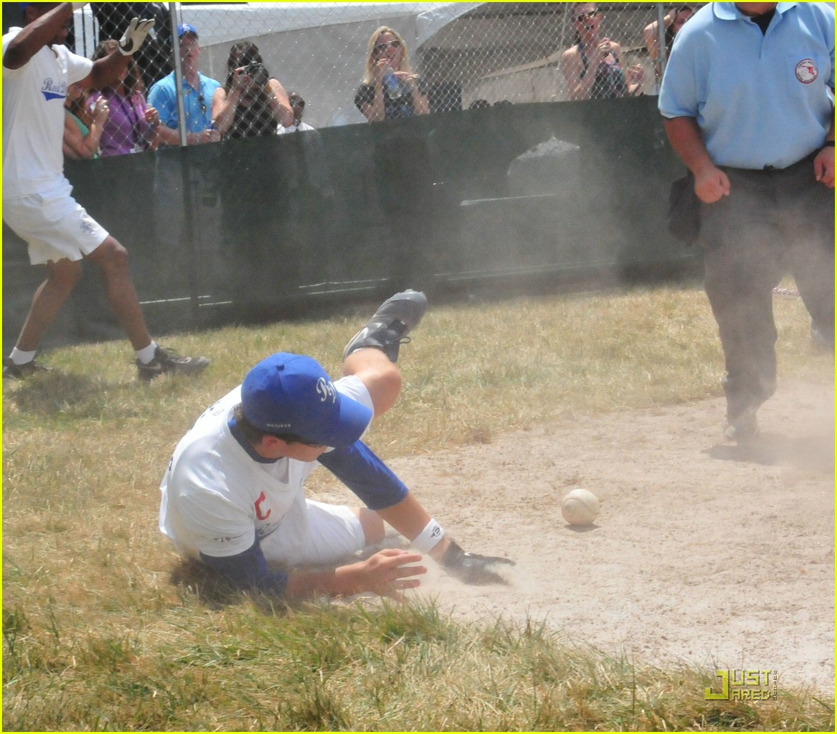 nick jonas takes a fall 09