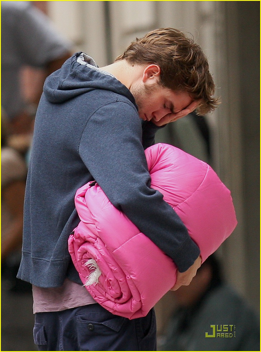 robert pattinson pink sleeping bag 03