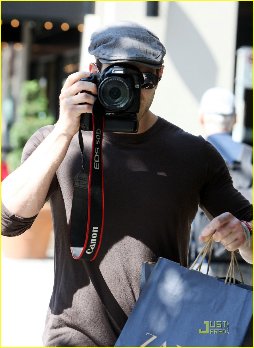kellan lutz pokes fun paps 02