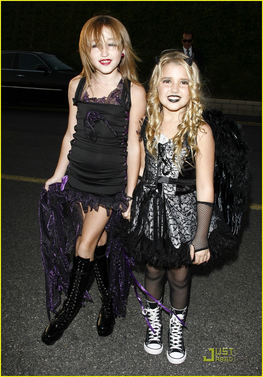 Noah Cyrus & Emily Grace Reaves are Vampire Vicious ...