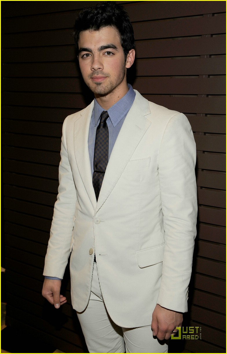 joe jonas salute grammy 04