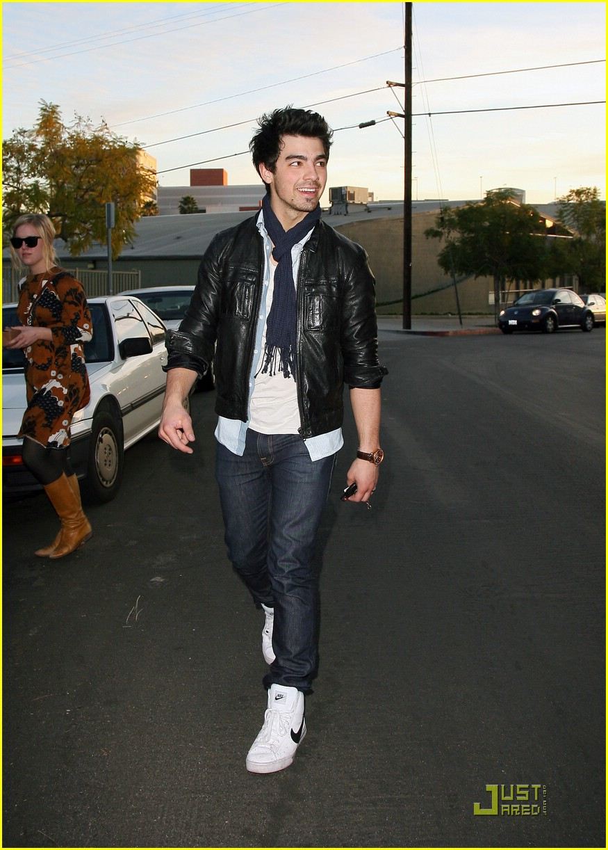 joe jonas umami burger 04