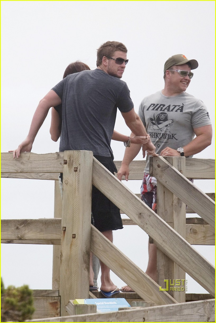 miley cyrus liam hemsworth holding hands 02