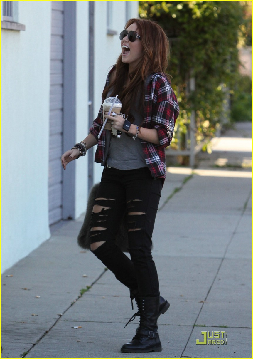 miley cyrus liam hemsworth starbucks 14