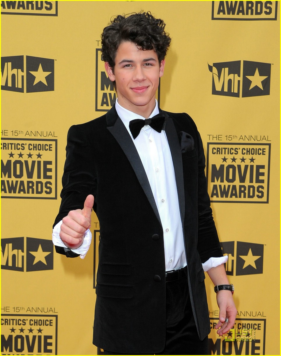 nick jonas critics choice awards 03