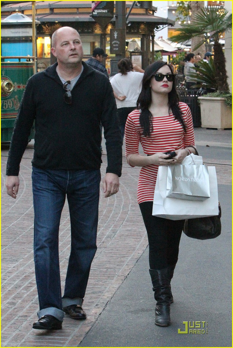 demi lovato shops the grove 04